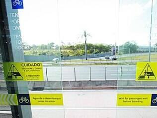 Portas das estações ficam abertas mesmo quando não há ônibus