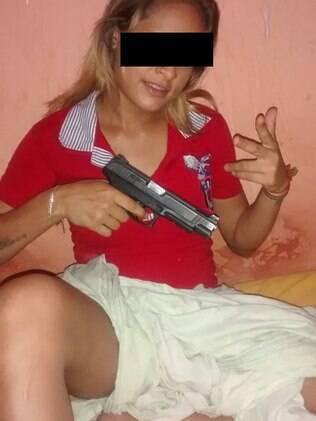 Uma das jovens presas posa para foto