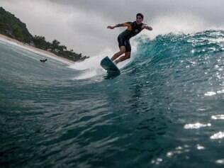 USA - PIPE MASTERS / WCT / SURFE / GABRIEL MEDINA - ESPORTES - Gabriel Medina treina na Praia de Pipeline, na ilha de Oahu, no Hava. No décimo dos 13 dias de janela do Pipe Masters, a organização decidiu não realizar a competição depois de avaliar que o mar não apresenta condições adequadas para a disputa. 18/12/2014 Foto: THIAGO BERNARDES/FRAME/ESTADÃO CONTEÚDO