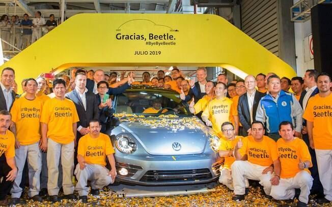 O último VW Fusca do mundo, sem deixar qualquer sucessor. Funcionários mexicanos se despedem na fábrica de Puebla