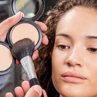 A base de toda boa maquiagem é a pele perfeita. Clique e aprenda como fazer