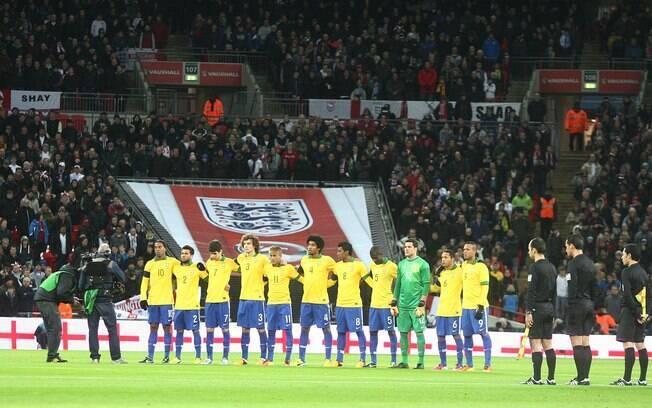 Time titular do Brasil momentos antes do  amistoso contra a Inglaterra