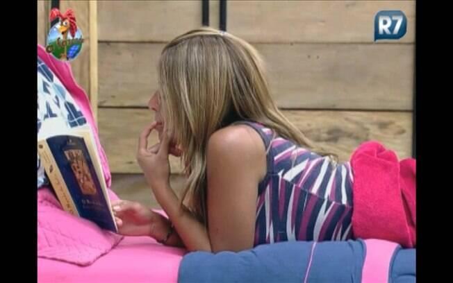 Após falar com a amiga e não receber resposta, Raquel volta a ler seu livro
