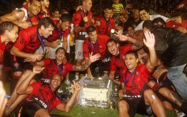 Jogadores do Vitória comemoram a conquista do  Campeonato Baiano, após o empate com o Bahia, no  segundo jogo da final