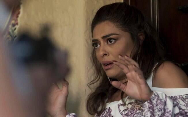 Bibi fica sem reação ao ver bandidos na porta de casa em