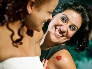 Tatuagens com mensagens escolhidas pelos noivos