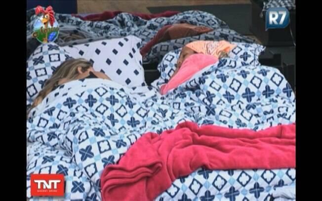 Joana e Valesca dormem no quarto da sede