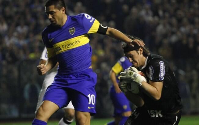 Cássio agarra a bola e evita a chegada de  Riquelme