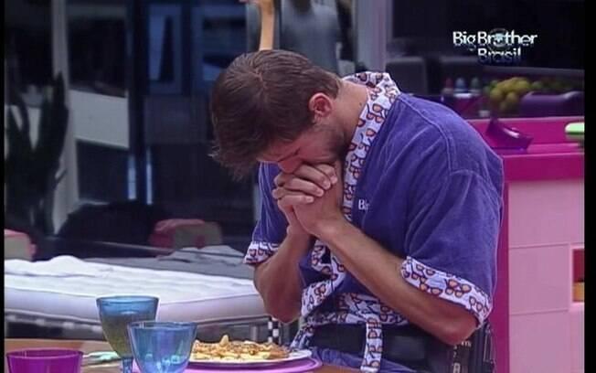 Jonas reza antes de começar a comer