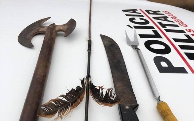 Além do machado, o homem usou um facão e até mesmo uma flecha para ameaçá-lo