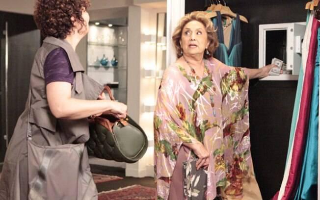 Íris e Alice conseguem abrir o cofre de Tereza Cristina, em Fina Estampa