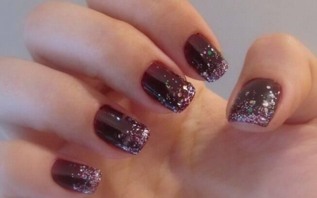 A unha ombré com glitter pode ser feita apenas com esmaltes, sem acessórios