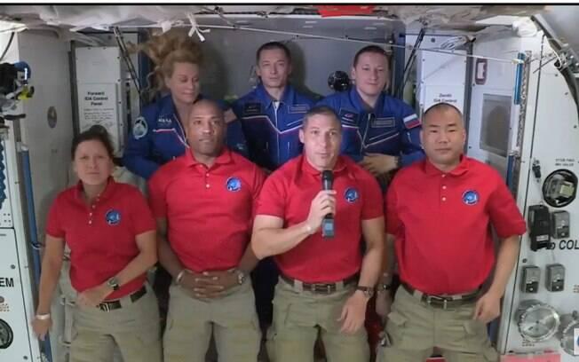 Astronautas foram recebidos nesta madrugada pelos companheiros que já estavam na estação espacial