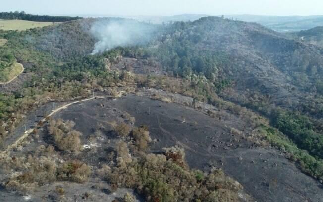Imagens aéreas mostram área de proteção ambiental queimada em Joaquim Egídio.