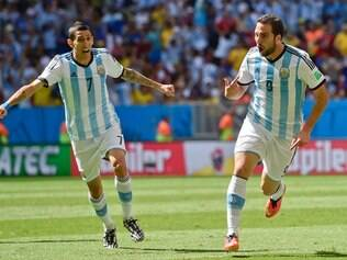 ESPORTES - 05.07.2014 COPA DO MUNDO FIFA 2014 - ARGENTINA x BELGICA  Brazil Soccer WCup Argentina Belgium Argentina's Gonzalo Higuain, right, celebrates with Angel di Maria after scoring the opening goal during the World Cup quarterfinal soccer match between Argentina and Belgium at the Estadio Nacional in Brasilia, Brazil, Saturday, July 5, 2014. ( AP Photo / Martin Meissner )