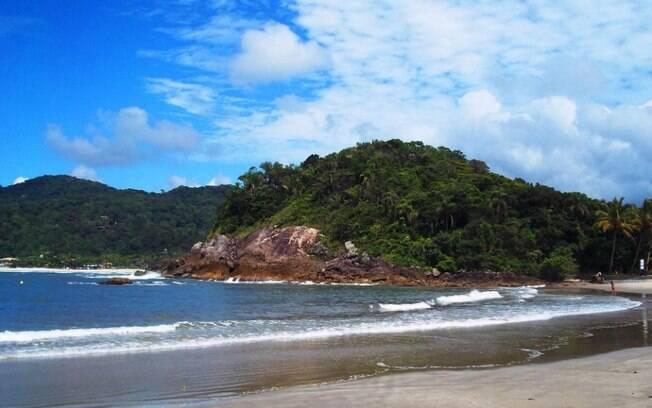 A praia das conchas é conhecida por ser limpa e muito bonita