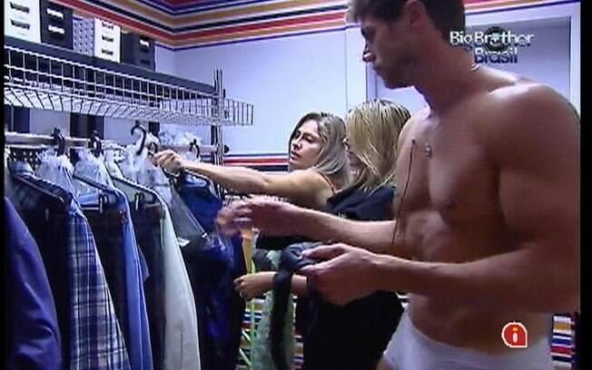 Fabiana, Jonas e Renata pegam seus figurinos na despensa