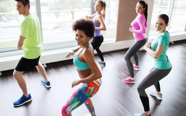 Aulas como Zumba e Sh'bam estão na lista de exercícios para perder barriga