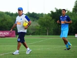 Técnico cruzeirense segue observando os jogadores durante a intertemporada nos Estados Unidos