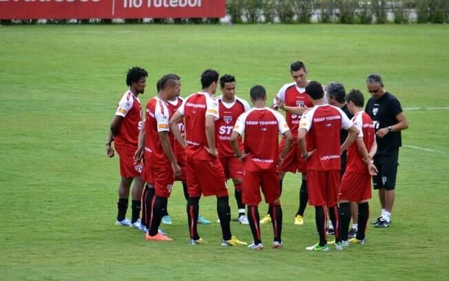 Ney Franco conversa com os jogadores do São  Paulo durante treino no CFA de Cotia