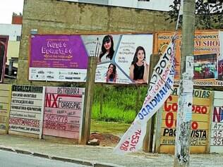 Absurdo.  Na avenida Edmeia Matos Lazzarotti, próximo ao Betim Shopping, há outdoors, faixas e até publicidades pintadas nos muros