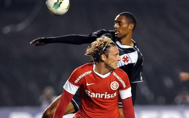 Forlán disputa bola aérea em sua estreia pelo  Inter, contra o Vasco