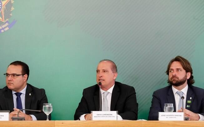Onyx Lorenzoni (centro) enviou áudio a caminhoneiro e disse que governo deu uma 'trava na Petrobras'