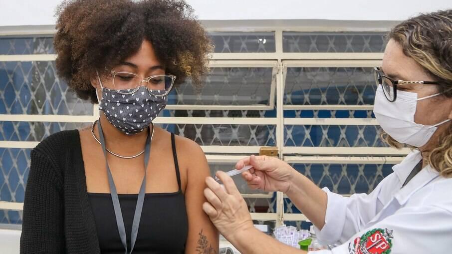 Adolescente recebendo a vacina contra covid-19 em São Paulo