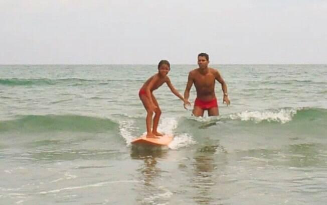 Rafaella Teixeira em Camburi, com o pai Rafael