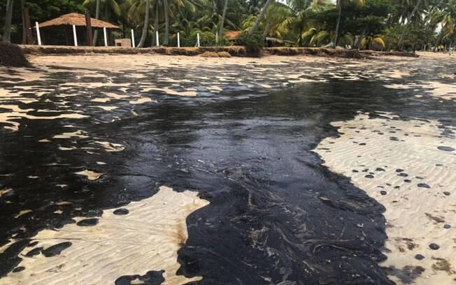 Mancha de óleo na praia de Tamandaré%2C em Pernambuco