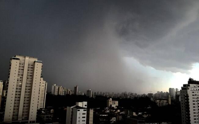 Forte chuva volta a cair nessa tarde de quarta-feira na cidade de São Paulo