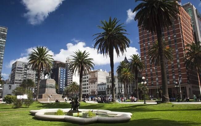 Praça da Independência, a praça principal da capital uruguaia, guarda edifícios históricos bem preservados