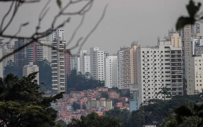 A favela de Paraisópolis (SP) cercada pelos prédios nobres do Morumbi; duas curvas de contaminação para a Covid-19 na mesma imagem