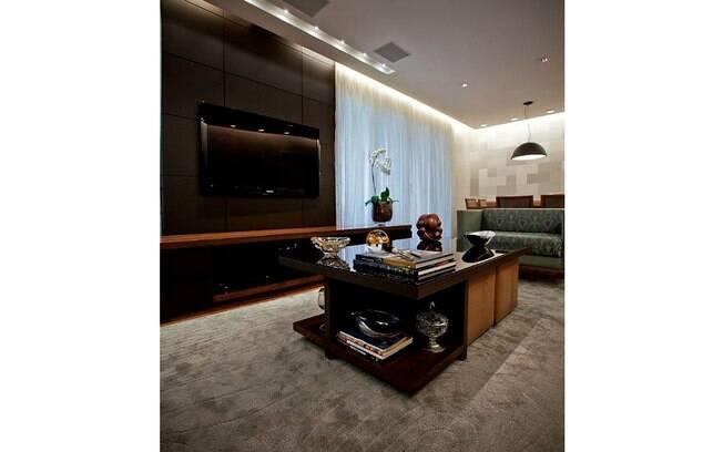 Apostar em tapetes felpudos é uma dica para conseguir o aconchego necessário no ambiente de televisão. Projeto do Studio Costa Marques