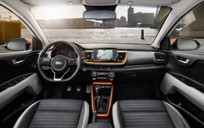 A Kia aposta em um desenho mais limpo para o interior, reduzindo a quantidade de botões