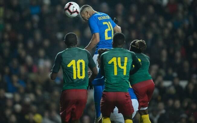 Richarlison subiu mais que todo mundo e cabeceou bem para fazer o gol da vitória da seleção brasileira sobre Camarões