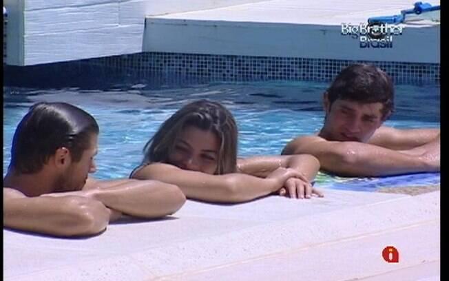 Trio conversa na piscina enquanto curte o sol desta terça-feira (06)