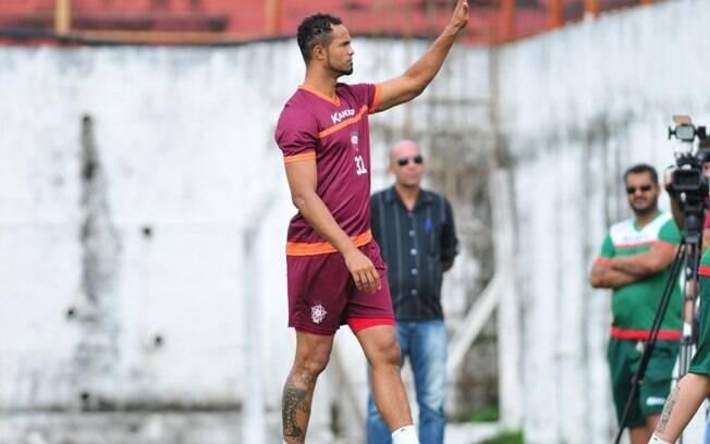 Goleiro Bruno acena para os torcedores após ser aplaudido no treino