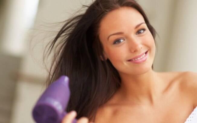 Usar o secador não é tão prejudicial ao cabelo quanto você pensa