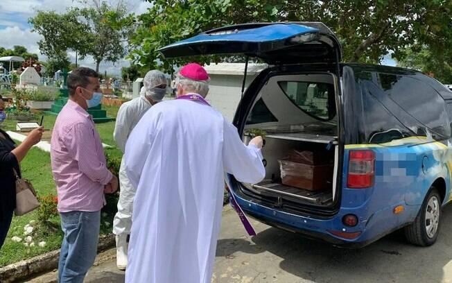 Arcebispo de Manaus, Dom Leonardo Steiner esteve em cemitério no dia 1º de maio