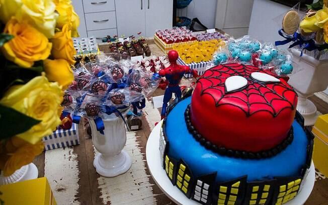 Note como a decoração do bolo segue a estética do Homem-Aranha dos anos 1970 na mesa vintage do herói