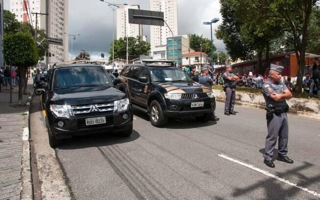Movimentação em frente à residência do ex-presidente, onde houve buscas da Polícia Federal