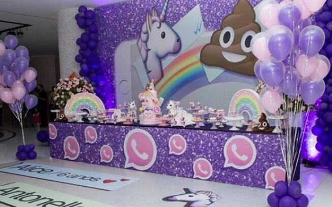 Chão da festa de emoji das filhas de Daniela Albuquerque faz referência ao app WhatsApp, onde os emojis são muito usados