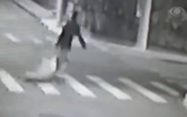 Câmeras de segurança flagraram momento em que mala com o corpo da vítima foi deixado em uma calçada por um homem.