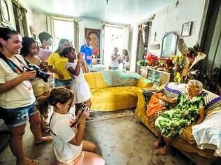 Dona Maria Oliveira recebe  participantes da oficina de fotografia