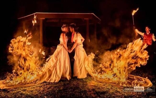 Os vestidos de noiva em chamas chamaram atenção dos convidados e renderam fotos surpreendentes nas redes