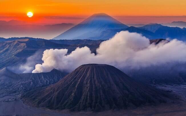Localizado perto da capital Surabaya, Bromo é um dos vulcões mais baixos da Indonésia, mas compõe uma bela paisagem