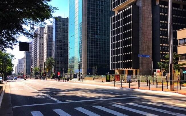 Avenida Paulista, um dos principais polos econômicos de São Paulo, vazia durante quarentena