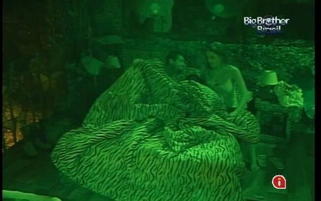 Yuri e Laisa dividem a mesma cama no Quarto Floresta