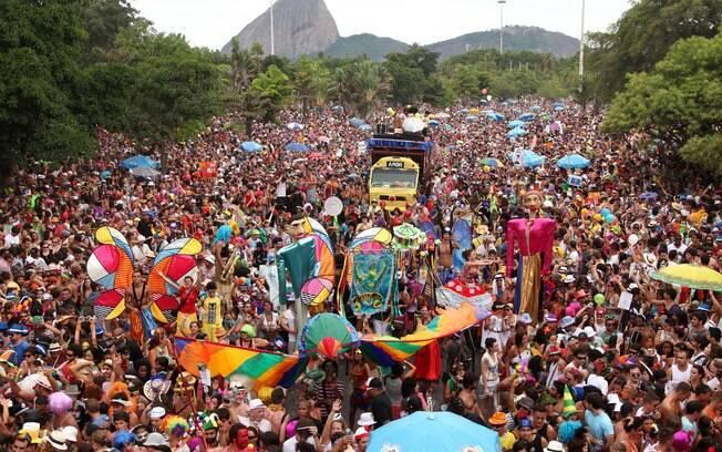 Aterro do Flamengo tomado por foliões do bloco Orquestra Voadora em 2012